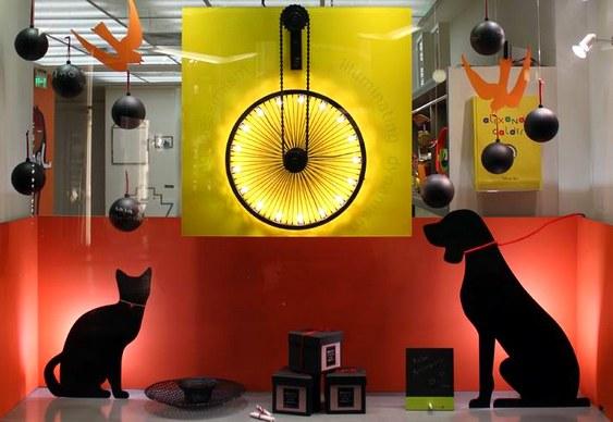 Iluminação com silhuetas de cachorro e gatinho