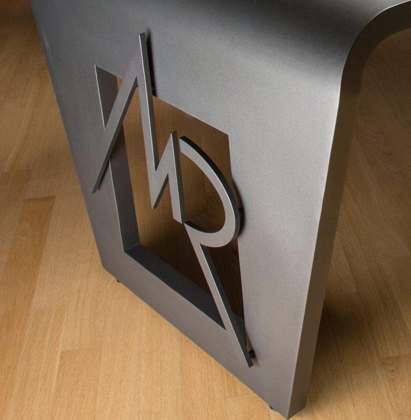 Logo tridimensional em chapa de aço