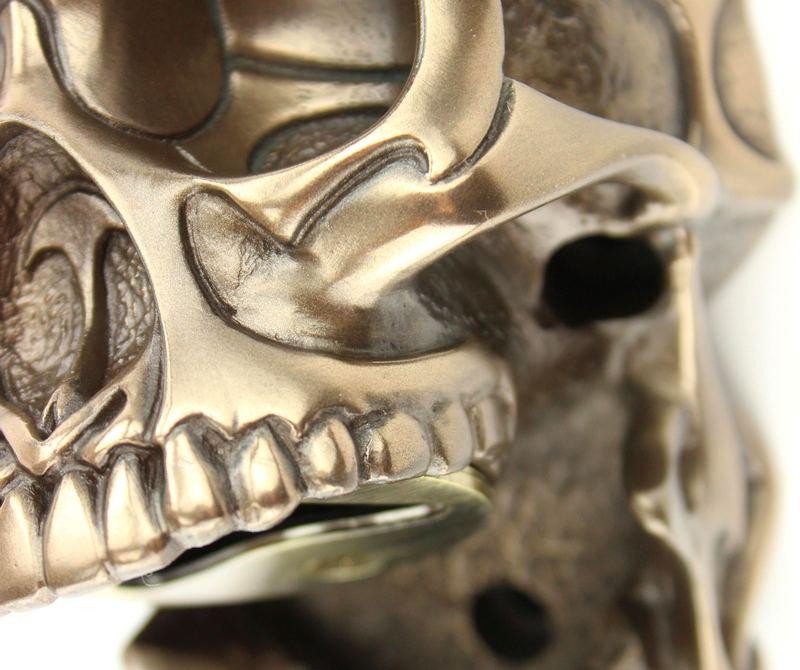 Crânio de resina imita metal dourado