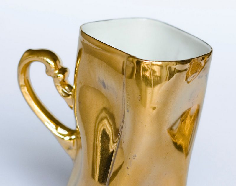 Xícara de cerâmica e ouro
