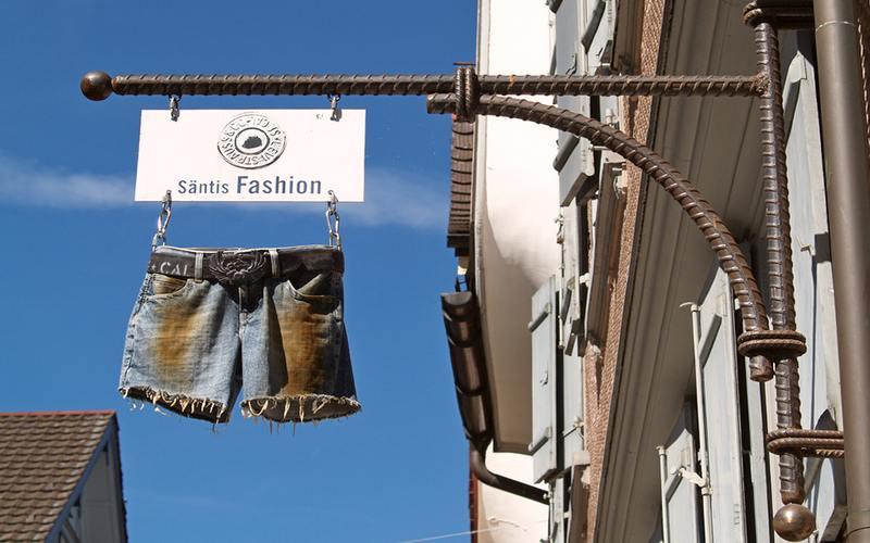 Letreiro com bermuda jeans