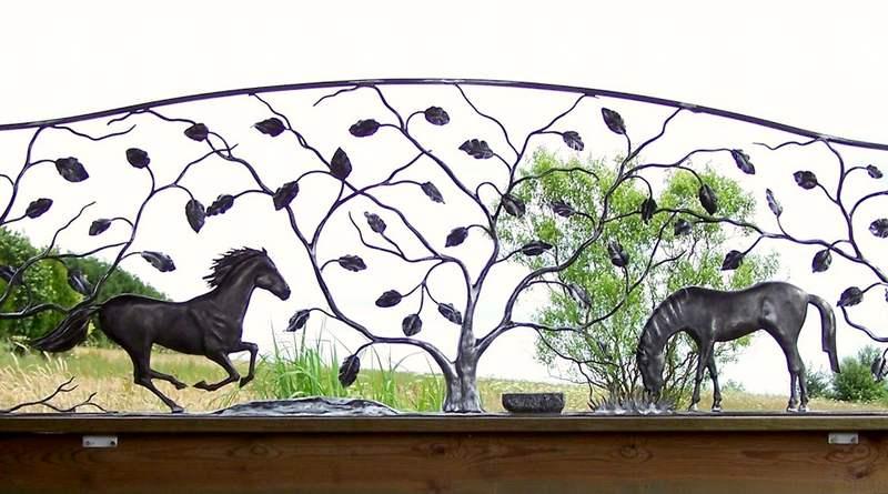 Escultura de cavalos em metal
