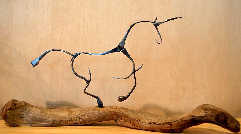 Escultura de cavalo com chifre