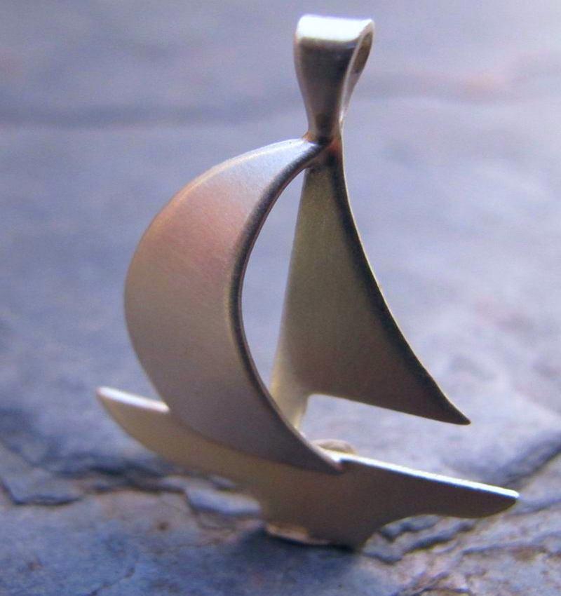 Joia com forma de veleiro