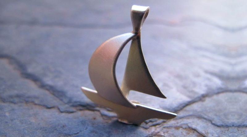 Joia com forma de barco a vela