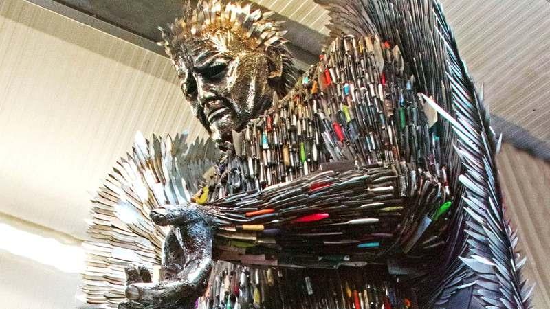Escultura anjo com facas