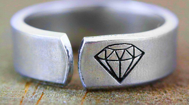 Aliança com estampa de diamante
