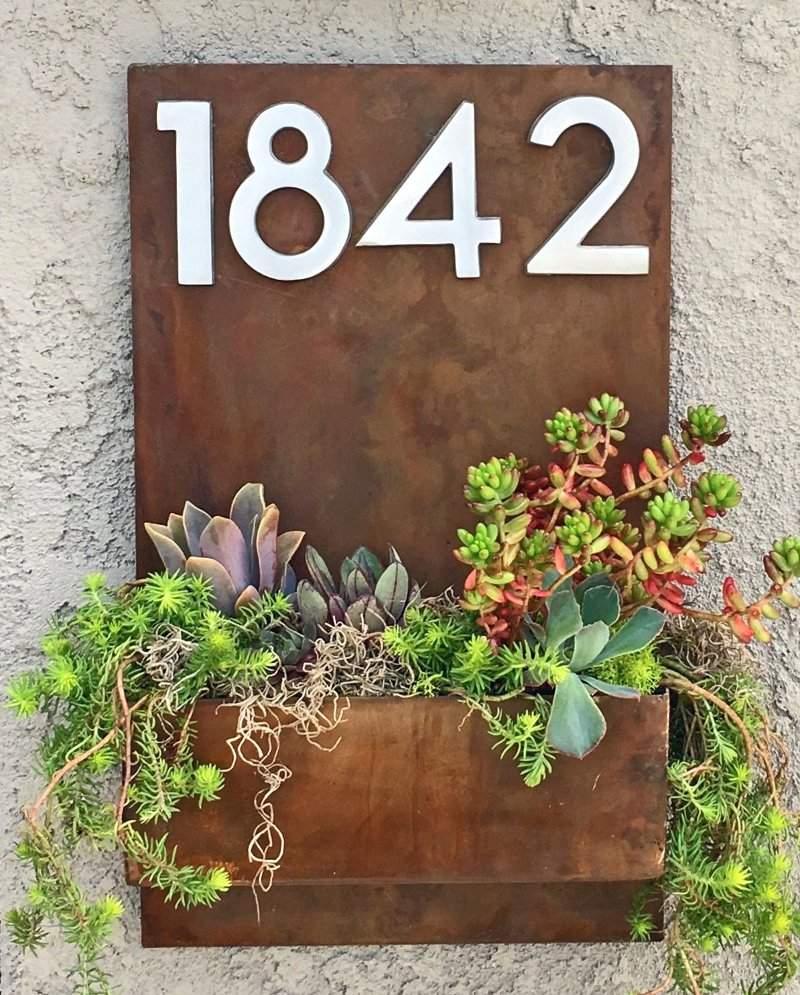 Placa de endereço com plantas ornamentais