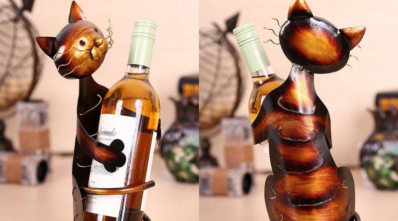 Gato abraçado à garrafa de vinho