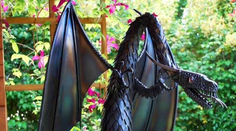 Dragão modelado em chapa de aço carbono