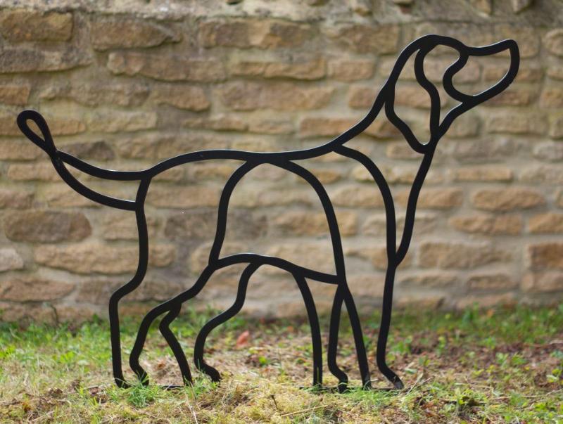 Escultura de cão em aço