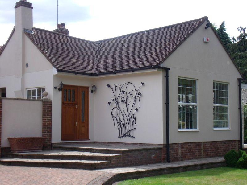 Escultura na entrada de casa