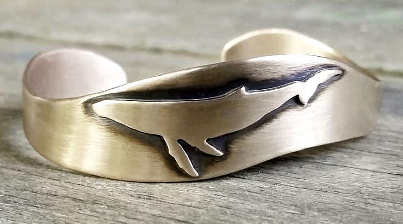 Bracelete com silhueta de baleia jubarte