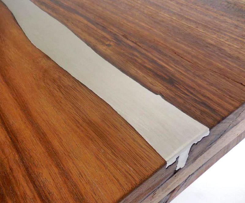 Fresta de madeira preenchida por metal