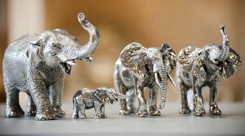 Réplicas em miniatura de elefantes