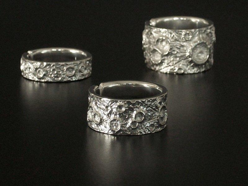Anéis com imitação da superfície da Lua