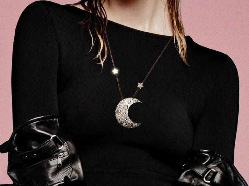 Lua quatro-crescente de pewter para colar