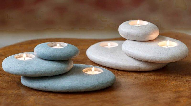Castiçal zen com três seixos