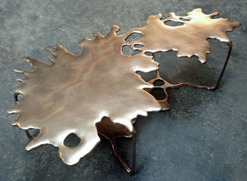 Mesa com formato de poça de água