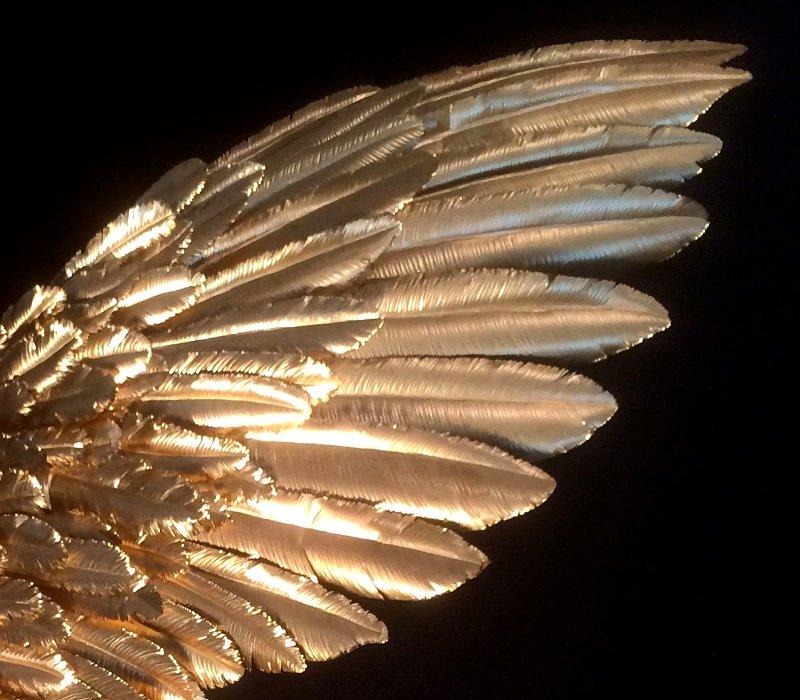 Penas metálicas de asas de anjo