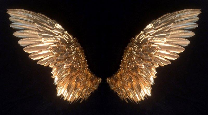 Escultura com par de asas de metal