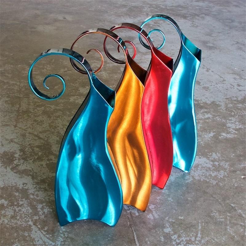 Vasos de metal com alças