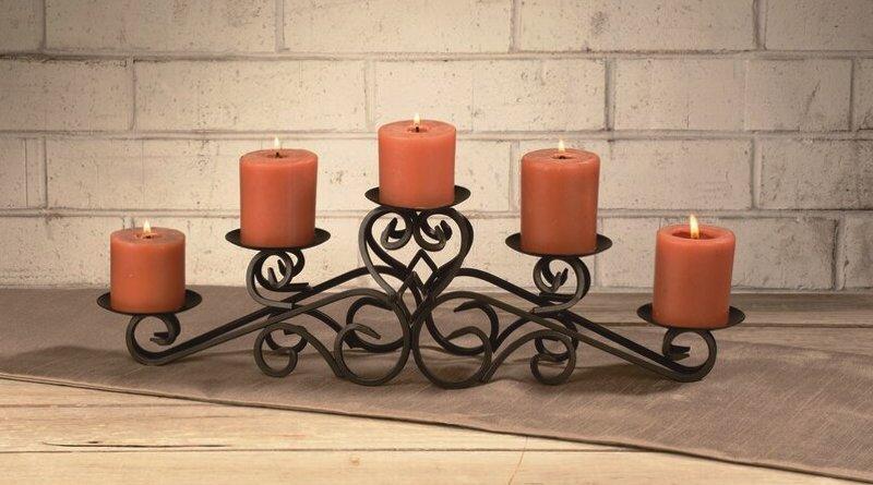 Castiçal de metal com velas