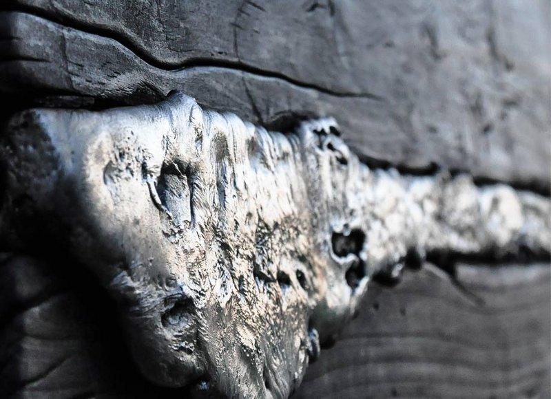 Obra de arte com madeira e metal derretido