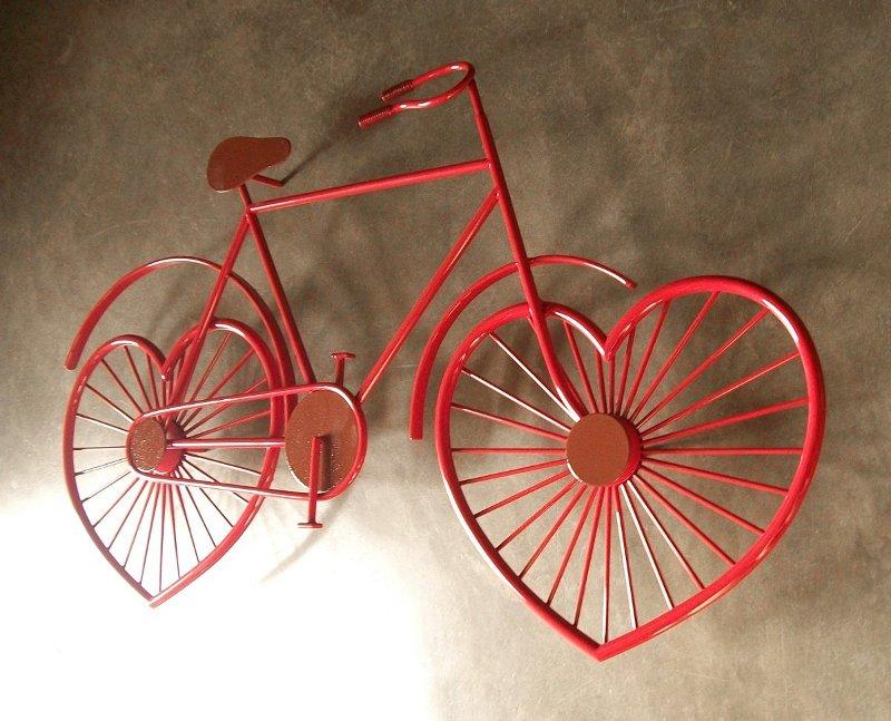 Painel com bicicleta vermelha de metal